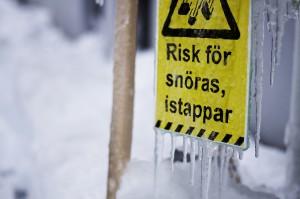 Vem ansvarar för snö och istappar?