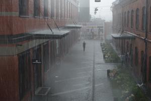 Elaka mäklaren: Fick lämna visningen barfota i regnet